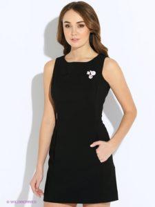 Брошь с черным платьем