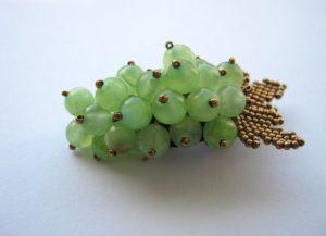 Брошь в виде грозди винограда