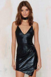 Чокер кожаный с черным платьем