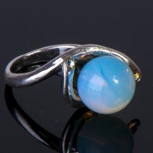 Кольцо с лунным камнем синеватого отлива