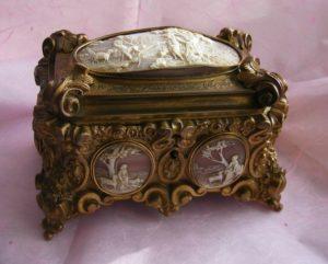 Старинная шкатулка для украшений