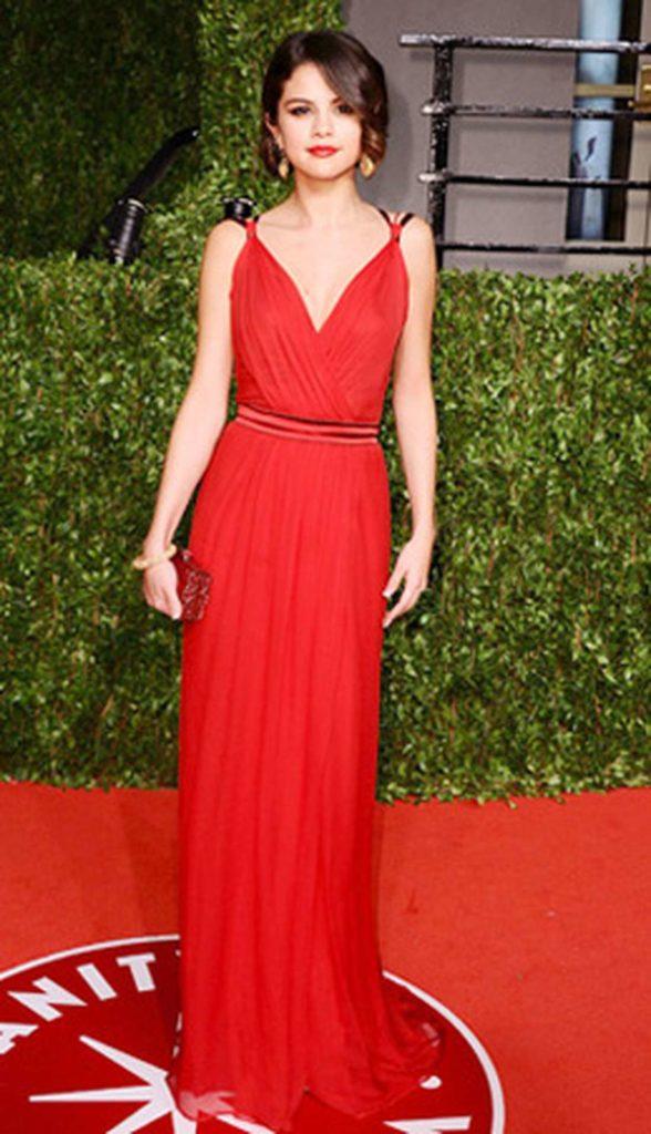 Фото селена гомес в красном платье